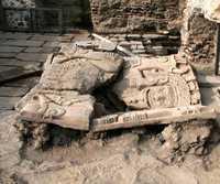 Fragmentos del monolito de esa deidad mexica