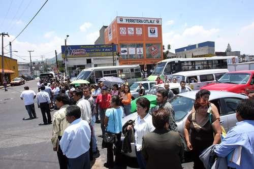 Maestros inconformes con la aplicación de la prueba para asignación de plazas en el servicio docente bloquearon ayer la avenida Ermita Iztapalapa, en Santa Cruz Meyehualco
