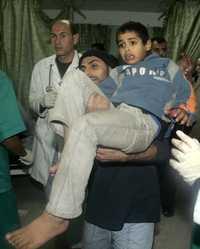 Un menor palestino es trasladado a un hospital, después de que resultó herido por las esquirlas de un cohete israeli que destruyó una mezquita en el norte del territorio reocupado