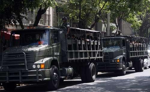 Vigilancia afuera del hotel Presidente Intercontinental, donde el mandatario estadunidense, Barack Obama, se hospedará durante su visita a México. Foto Reuters