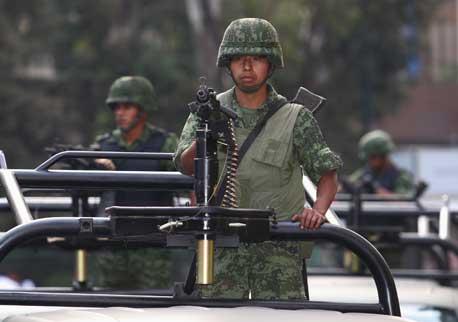 Integrantes del Ejército resguardan las inmediaciones del hotel Presidente Intercontinental, donde se alojará Barack Obama. Foto José Carlo González