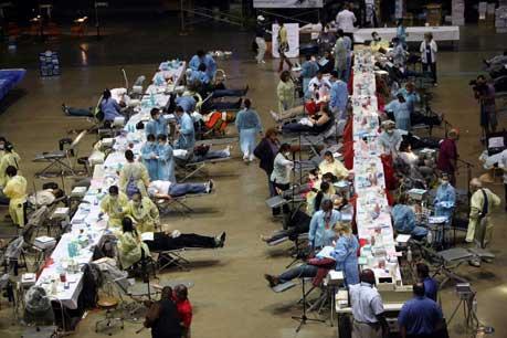 Unas ocho mil personas, la mayoría sin trabajo, acudieron a un estadio en el sur de Los Ángeles, en el que fueron instalados para atención gratuita 45 consultorios, 100 sillas dentales y 25 ópticas. La clínica itinerante suele ofrecer sus servicios en países en vías de desarrollo, pero en esta ocasión la parada fue en la ciudad californiana, en la que estuvo una semana. Los pacientes pernoctaron en el lugar y formaron enormes filas para ser atendidos. Ahí se realizaron pruebas de diabetes, presión sanguínea, rayos X y cirugías de cataratas, entre otros. Foto AP