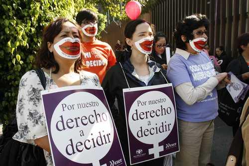 Feministas exigiendo que se altere la legalidad para permitirles el derecho a asesinar a sus hijos