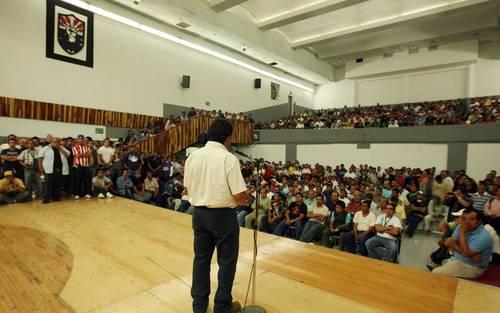 Asamblea sabatina del SME en el auditorio del organismo. El sindicato tiene 95 años de existencia; vergüenza sería no defenderlo, advirtieron trabajadores. Foto Francisco Olvera