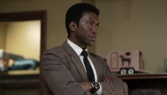Imagem do ator Mahershala Ali na 3ª temporada de True Detective