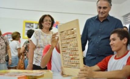 Prefeito Cartaxo com aluno da escola Crispim (Foto: Divulgação)