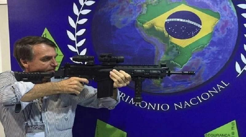 """Bolsonaro diz que quer dar """"carta branca"""" para PM matar em serviço"""