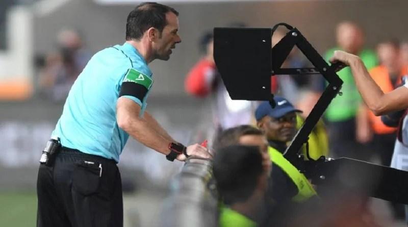 Árbitro de vídeo é aprovado como regra, e Fifa deve confirmar uso na Copa