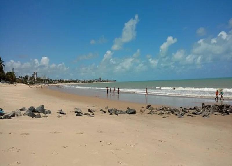 João Azevêdo reúne órgãos para combater manchas de óleo nas praias da Paraíba