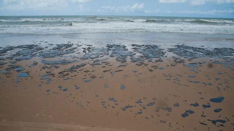 Petrobras recolhe mais de 133 toneladas de resíduo oleoso de praias