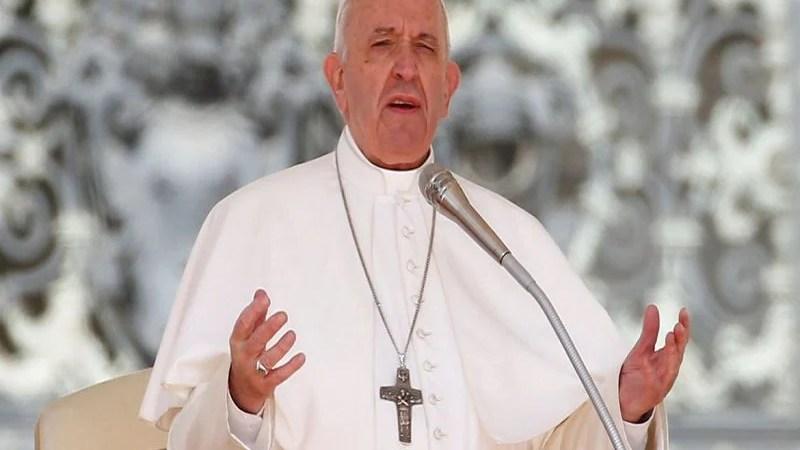 Papa reza pelos que cuidam da limpeza de ruas e hospitais