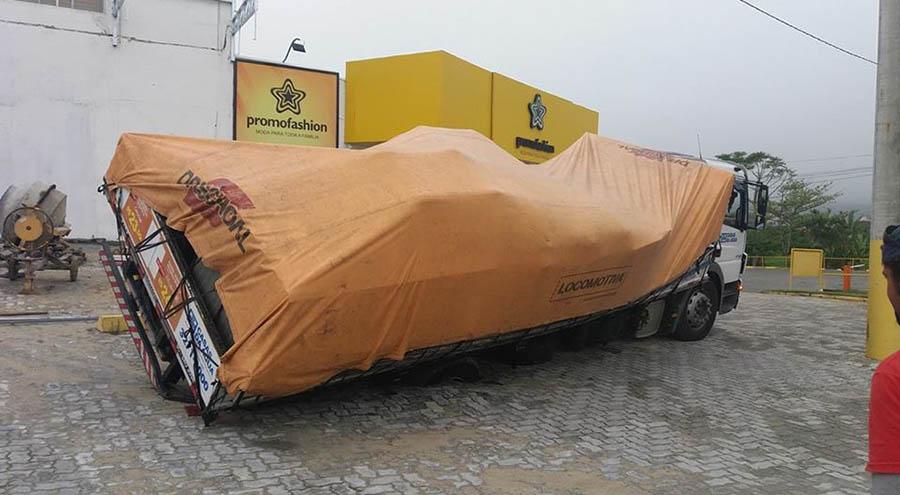 Resultado de imagem para caminhão com mercadori tombado