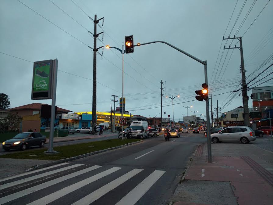 policia-militar-semaforos-transito-amarelo-ingleses