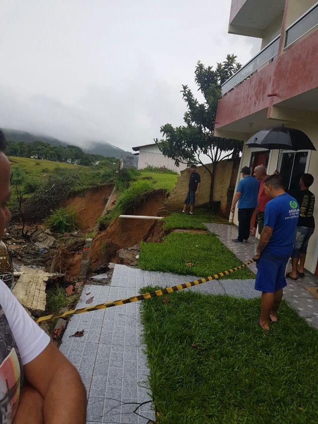 Deslizamento coloca prédio em risco na Praia dos Ingleses
