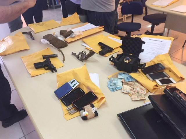 Operação da polícia prende 14 e apreende armas, drogas e dinheiro