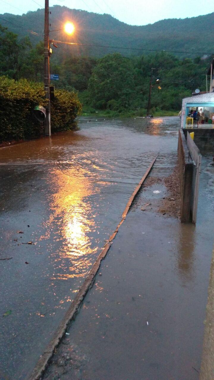 Chuva deixa ruas do Norte da Ilha alagadas e água invade casas