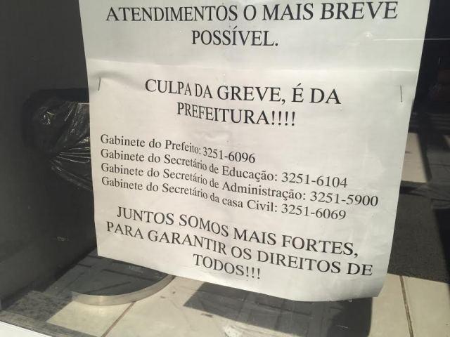Cartaz em posto de saúde fechado disponibiliza telefone do gabinete do prefeito