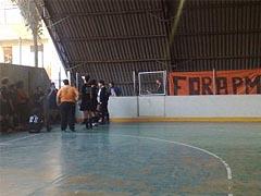 Time da FFLCH conversa durante o intervalo; faixa protesta contra a PM no campus (foto: Pedro Maino)