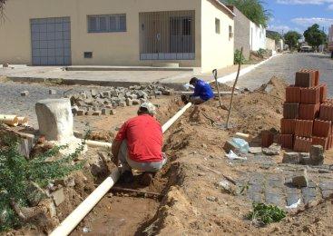 Prefeitura de Patu realiza serviços de esgotamento e recuperação de ruas em vários bairros da cidade