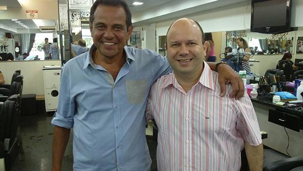 Olavo Noleto corta cabelo com o príncipe Ruimar Ferreira para ter sorte na eleição para deputado federal em outubro
