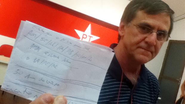 Gomide mostra rascunho com anotações sobre os Estados que irão abrir mão de candidatura própria do PT. Goiás não está incluso   Fotos: Marcello Dantas/Jornal Opção Online