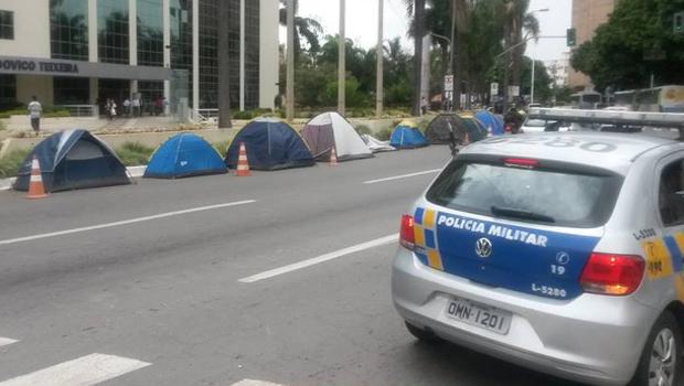 Governo solicita retirada de excedentes de concurso acampados em frente ao Palácio Pedro Ludovico