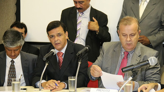 Secretário de finanças, Cairo Peixoto, vereador Paulo Borges (PMDB) e prefeito petista Paulo Garcia (sentados, da esquerda para direita) em prestação de contas no último dia 12 deste mês   Foto: Câmara Municipal de Goiânia