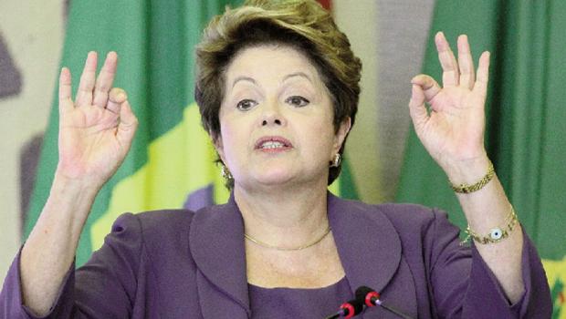 Dilma Rousseff rasgou papel com subsídios da Petrobrás para dar resposta e escreveu ela mesma a nota desastrosa   Foto: Ricardo Stuckart Filho/ABr