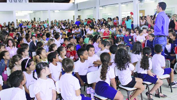 Alunos e pais de alunos lotam espaço da Escola Cirandinha durante solenidade | Foto: Iris Roberto