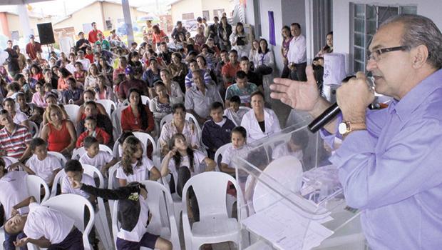 Prefeito Jânio Darrot fala à plateia na inauguração do CMEI Jardim Scala: apelo a pais e educadores | Foto: Iris Roberto