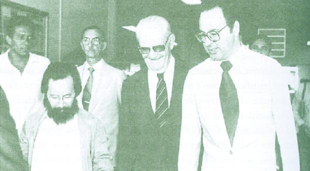 Então presidente Ernesto Geisel (à esq.) ao lado de Irapuan Costa Junior, durante visita a Goiânia para inaugurar obras