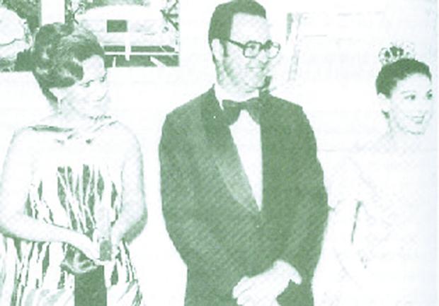 Irapuan Costa Junior entre sua ex-mulher, a hoje senadora Lúcia Vânia, e a famosa bailarina da época, Margot Fonteyn, durante a reinauguração do Teatro Goiânia