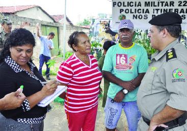 Tenente-coronel Segato fala com a comunidade em dia de interação nos bairros | Foto: Gabinete de Imprensa – Prefeitura de Trindade
