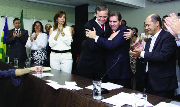 Gomide passa cargo a João Gomes: renúncia a três anos de mandato na prefeitura não garante candidatura ao governo