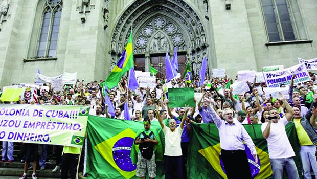 22 de março de 2014: a mesma praça  e o mesmo brado anticomunista não encheram os degraus da catedral