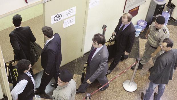Policiais e integrantes do Ministério Público Estadual fazem operação na Assembleia Legislativa | Foto: Fernando Leite/Jornal Opção