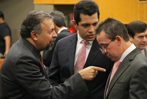 Oposição tentou aprovar requerimento, mas não houve quórum suficiente. Na foto, Elias Vaz (PSB, à esquerda), Thiago Albernaz e Geovani Antônio (ambos do PSDB). Foto: Alberto Maia/Câmara de Vereadores
