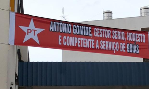 Faixa, que anunciava encontro regional do PT, foi fotografada pelo promotor eleitoral do município