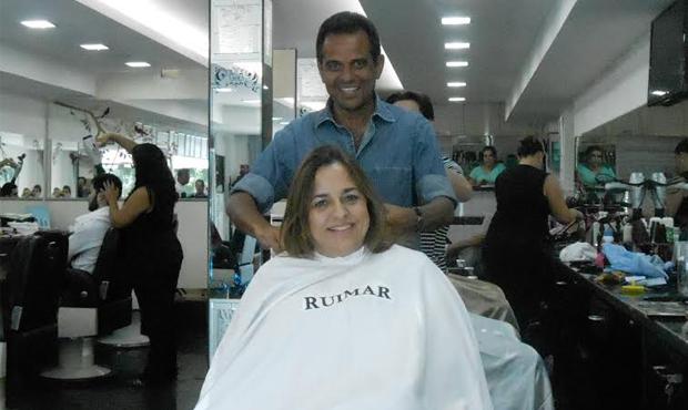 Ruimar Ferreira abre exceção e corta cabelo de Eliane Pinheiro. Candidata diz que o cabelereiro tem mão da sorte