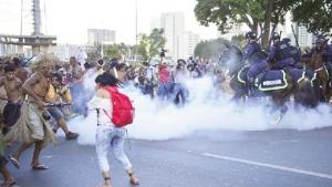 Índios protestam: flechas contra bombas de gás lacrimogêneo - Foto:  Fabio Rodrigues Pozzebom/ABr