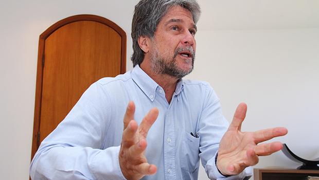 Dom João, príncipe de Orleans e Bragança, profere palestra na capital goiana