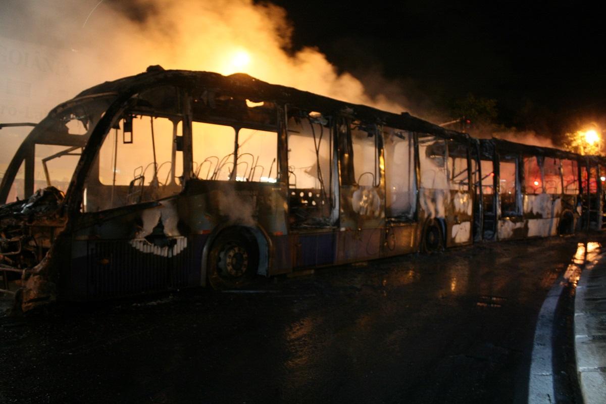 Ônibus do Eixo Anhanguera é incendiado por manifestantes