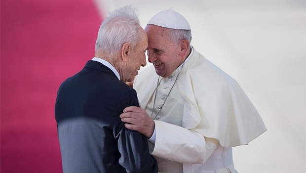 Papa Francisco conversa com o presidente israelense, Shimon Peres, durante uma cerimônia oficial de chegada no aeroporto de Ben Gurion, perto de Tel Aviv. Foto: Reprodução/O Tempo