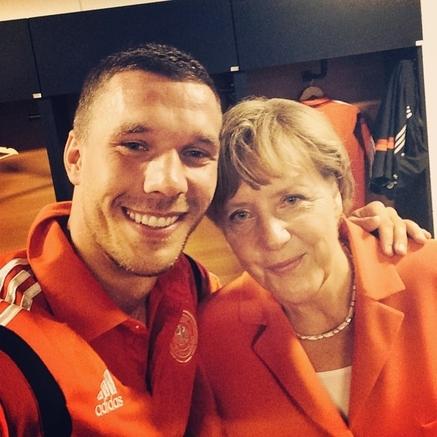 """A chanceler Angela Merkel, fã de futebol, em """"selfie"""" com o jogador alemão Lukas Podolski: reforçando a geopolítica da Copa"""