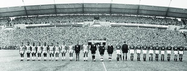 Gotemburgo, 1958: Seleções de Brasil e União Soviética perfiladas antes do início da partida que juntaria Pelé e Garrincha pela primeira vez em uma Copa do Mundo