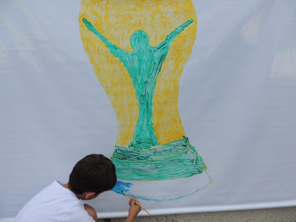 Alunos vão à rua para pintar o clima de Copa do Mundo