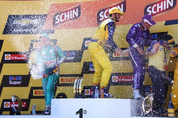 Barrichello, Camilo e Campos festejam resultado com champanhe | Foto: Fernando Neves
