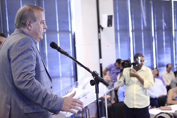 Ao lado do vice-prefeito Agenor Mariano, prefeito só fez discurso e não respondeu questionamentos da imprensa | Foto: Marcello Dantas/Jornal Opção Online