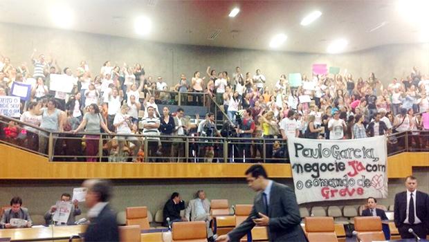 Pedido de impeachment contra Paulo Garcia é protocolado por professores da Rede Municipal