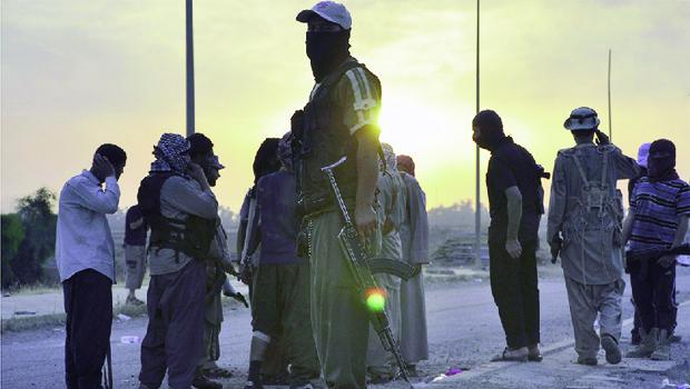 Jihadistas do Estado Islâmico do Iraque e do Levante num checkpoint na cidade de Mossul | Foto: REUTERS/STRINGER